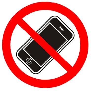 Знак Разговаривать по телефону запрещено